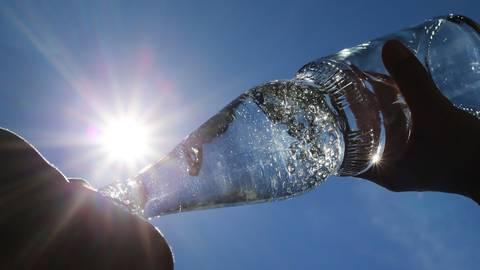 Am Wochenende wird es richtig heiß, da gilt es viel zu trinken. Symbolfoto: dpa