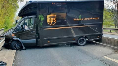 Ein Transporter stand nach dem Unfall quer auf der Fahrbahn. Foto: Jörg Fritsch