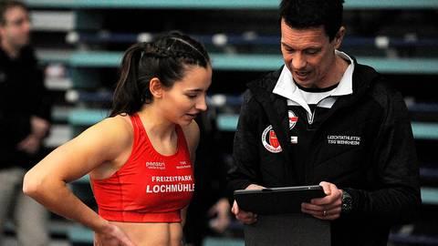 Chef-Coach Uli Lehl (TSG Wehrheim) mit Stabhochspringerin Karolin Leiacker bei der Analyse am Tablet.  Foto: kie