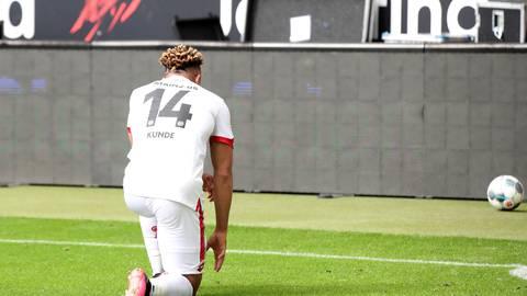 Pierre Kunde Malong vom 1. FSV Mainz 05 kniet nach seinem Tor zum 0:2.auf dem Rasen.  Foto: Alexander Hassenstein/dpa