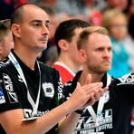 Einst gemeinsam für den TVH an der Seitenlinie, nun für 60 Minuten Gegner: Emir Kurtagic (l.) und Johannes Wohlrab.  Foto: Martin Weis