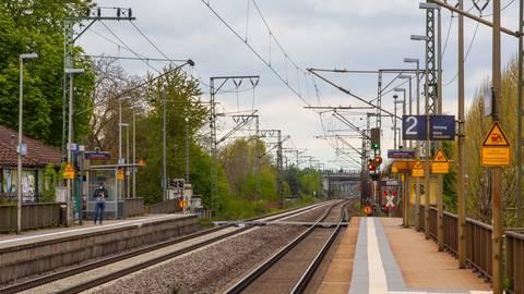 Die Bahnstrecke führt mitten durch den Büttelborner Ortsteil Klein-Gerau.  Foto: Vollformat/Volker Dziemballa