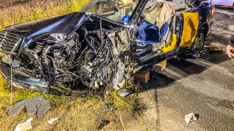 Das Fahrzeug, aus dem die Feuerwehr den eingeklemmten Fahrer befreite, wurde bei der Kollision mit den Steinen massiv beschädigt. Foto: Freiwillige Feuerwehr Ebersheim