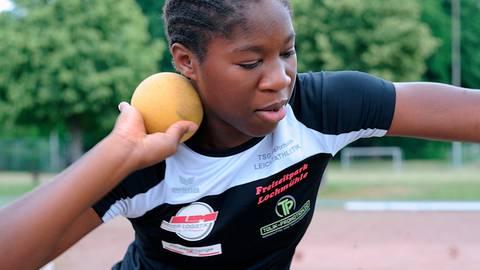Rekord: Nadjela Wepiwe (TSG Wehrheim) gewinnt beim ersten Durchgang der dreiteiligen Werfercup-Serie in Niederselters gleich alle drei Disziplinen (Kugel, Diskus, Hammer) ihrer Altersklasse W13. Die Schülerin verbessert mit der drei Kilogramm schweren Kugel den zwei Jahre alten Kreisrekord ihrer Schwester Milina auf 11,55 Meter. Die Weite ist so gut, dass das TSG-Talent auch den Kreisrekord von Silke Jungmann (auch TSGW/11,34 m) in der älteren W14 knackt. Foto: kie