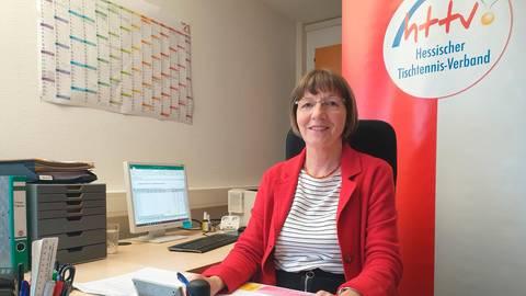 Hält Ordnung auf ihrem Schreibtisch in der Geschäftsstelle des HTTV in Watzenborn: Ingrid Hoos.  Foto: Alexander Fischer
