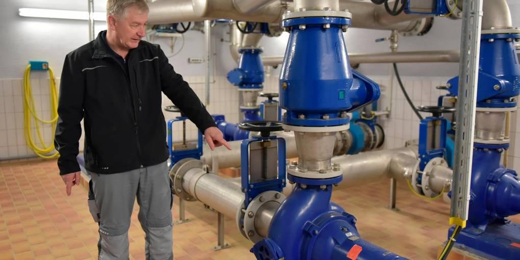 Feuchttücher sorgen für Störfälle: Der Leiter der Kläranlage Braunfels, Bernd Friedrich, zeigt, welche Pumpen in der örtlichen Anlage betroffen sind.  Foto: Jenny Berns