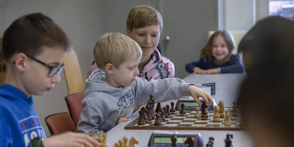 Konzentriert bei der Sache ist der Nachwuchs des Schachvereins. Foto: Vollformat/Alexander Heimann