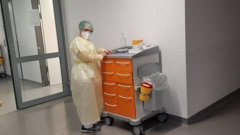 Ihren Alltag muss Schwester Melanie in kompletter Schutzausrüstung bestreiten.              Foto: Kreiskrankenhaus Bergstraße