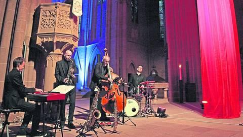 """Olaf Schönborn (Saxophon) und das Georgii-Trio, zu dem Christoph Georgii (Piano), Torsten Steudinger (Bass) und Tobias Stolz (Drums) gehören, gaben ein Jazzkonzert im Schatten der """"Feuersäule"""" in der Katharinenkirche. Foto: Michael hbz/Bahr"""