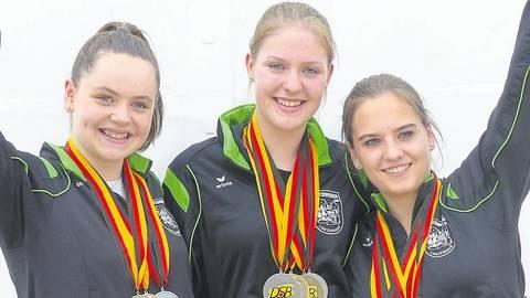 Wann dürfen sich Nachwuchstalente wie die Lanzenhainerinnen Leonie Kimpel (links, mit Sarah Zill) und Antonia Ziegler (rechts) wieder über Medaillen bei deutschen Meisterschaften freuen?  Foto: Kral