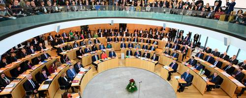 Volles Haus: die Landtagsabgeordneten und Gäste bei der konstituierenden Sitzung im Plenarsaal. Foto: Dedert/dpa