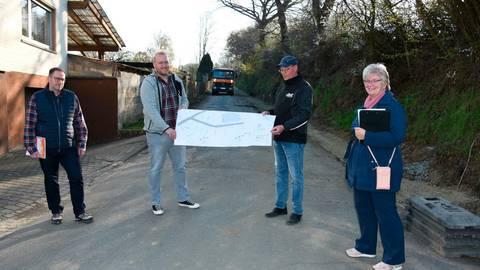 Besprechung am Anfang des Feldwegs (v.r.): Britta Löhr, Stephan Bördner, André Höhnel und Manuel Burger. Foto: Margit Bach