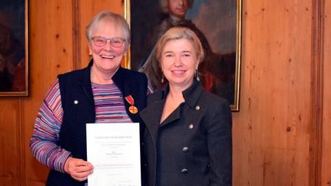 Doris von Peschke erhielt aus den Händen von Bürgermeisterin Susanne Schaab den Verdienstorden der Bundesrepublik Deutschland für ihr Engagement in der ehrenamtlichen Hospizarbeit. Foto: Weil