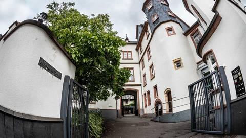 Hoffnung für Lehrer und die zuletzt 740 Schülerinnen: Dem Vernehmen nach gibt es Interesse an einer Übernahme des Bensheimer Mädchen-Gymnasiums. Archivfoto: Sascha Lotz