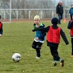 Erlaubt! So wie hier die F-Jugendlichen der SG Wehrheim/Pfaffenwiesbach, so können Kinder bis zum 14. Geburtstag in Kleingruppen bis zu fünf Spielern trainieren. Foto: jf
