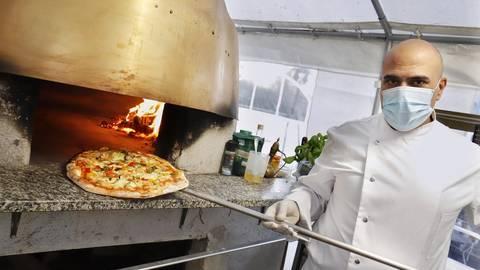 Iyad Abuelkas' Pizzen sind bekannt für ihren reichlichen und fantasievollen Belag. Foto: Andreas Kelm