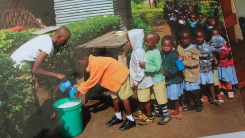 Frühstücksausgabe in der Schule in Nkwenda. Repro: Moos