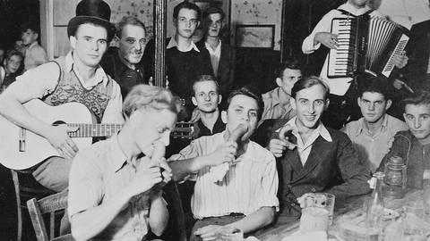 1948 in Gundernhausen: Junge Männer amüsieren sich bei der Kerb. Foto: Archiv Forum Gundernhausen/Restaurierung: Klaus Holdefehr