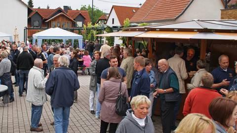 Rund 300 Menschen treffen sich, wenn der Breckenheimer Weinstand geöffnet hat. Die Vereine wünschen sich deshalb ein öffentliches WC auf dem Dorfplatz.  Foto: Vereinsring Breckenheim