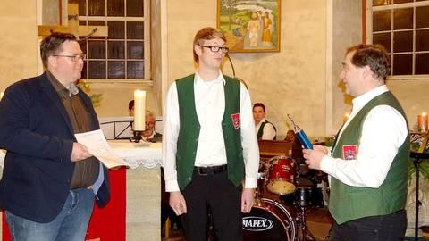 Matthias Muhl (links) bekommt vom Vorsitzenden Lars Wicke die goldene Bläsernadel des Posaunenwerkes und einen Pokal in Säulenform. Foto: Perkuhn