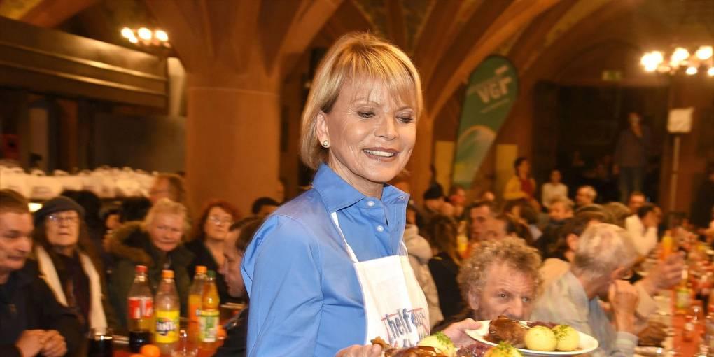 Weihnachtsessen In München.Prominente Servieren Weihnachtsessen Für 600 Obdachlose