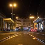 Die Corona-Notbremse sorgt wie hier in Frankfurt nachts für leere Straßen. Foto: dpa