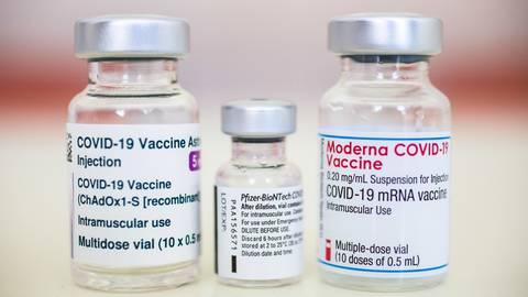 Ampullen der Corona-Impfstoffe von AstraZeneca, Biontech/Pfizer und Moderna. Symbolfoto: dpa