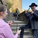Cora Hecher mit Handykamera und Mikrofon und Schwiegervater Markus Hecher bei den Dreharbeiten zur virtuellen Tour durch die Burg. Foto: Christine Tscherner