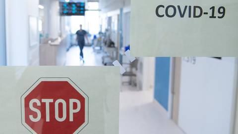 Das pandemiebedingte Besuchsverbot ist im vergangenen Jahr an Patienten und dem Klinikpersonal nicht spurlos vorbeigegangen. Symbolfoto: dpa