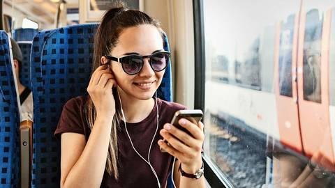 Besonders junge Leute hören gerne Podcasts. Foto: franz12 – stock.adobe