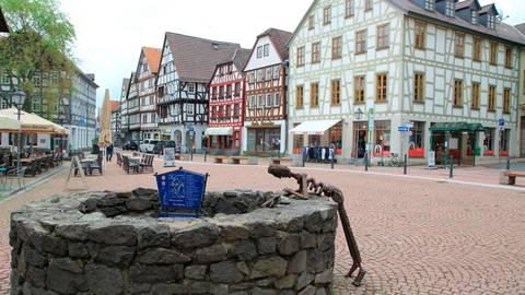 Die Innenstadt von Grünberg wirkt durch außengastronomische Angebote belebter.  Foto: Gössl