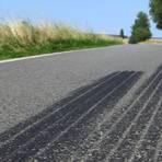 Bremsen und beschleunigen: Auf unseren Straßen hinterlassen Autos reichlich Reifenabrieb. Foto: Mario Hoesel – stock.adobe
