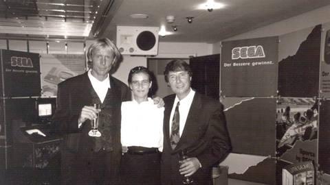 Anja mit Udo Jürgens (re.) und Carlo Tränhardt - 1992. Die beiden Männer organisierten rasch ein Gläschen Sekt, als sie von Anjas Geburtstag erfuhren. Foto: Anja Kossiwakis