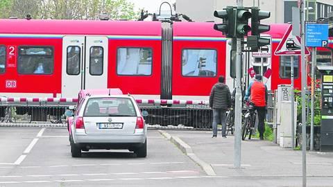 Schranke auf, Schranke zu: Der Kasteler Bahnübergang hat für Passanten und Autofahrer einen hohen Nervfaktor. Foto: hbz/Jörg Henkel