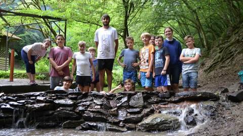 """Bei einem Staudamm-Projekt des """"Into the Wild 2017""""-Camps des Binger Jugendhauses im Taunus war jede helfende Hand gefordert.Foto: fsa  Foto: fsa"""