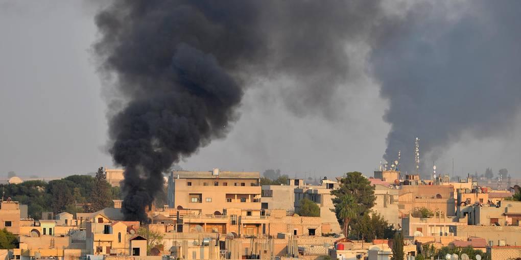 Türkische Militäroffensive: Rauch steigt im Oktober 2019 zwischen Häusern nach einem Bombenangriff über der nordsyrischen Stadt Ras al-Ain auf. Symbolfoto: dpa