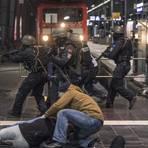 Polizisten proben bei der Simulation eines terroristischen Angriffs auf dem Hauptbahnhof Frankfurt die Bekämpfung der Täter und die Versorgung von Verletzten. Für die Aktion wurden weite Teile des Hauptbahnhofs abgesperrt. Foto: dpa