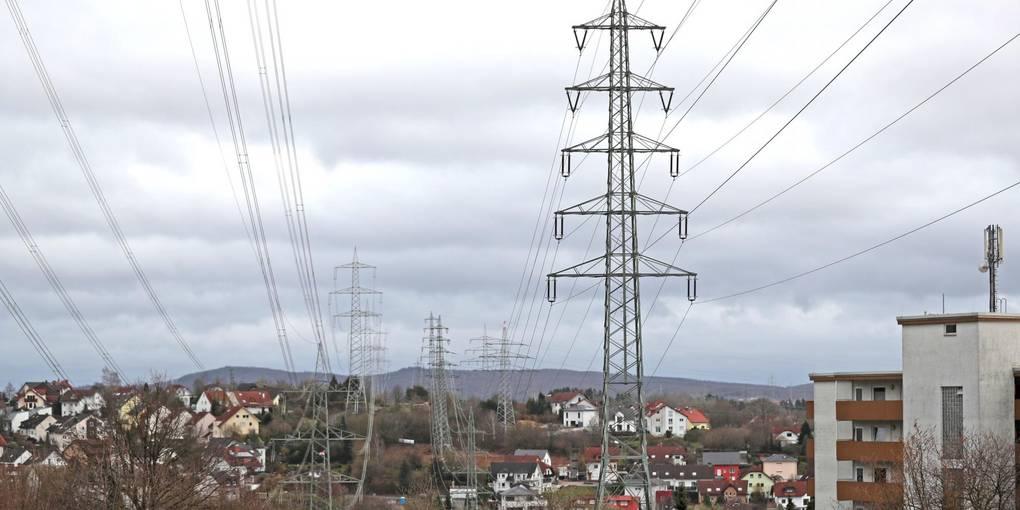 Über den Dächern von Niedernhausen laufen schon jetzt viele Stromkabel. Durch die Ultranet-Diskussion wird nun auch die bereits bestehende Trasse diskutiert. Archivfoto: René Vigneron