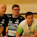 Am Sonntag auf getrennten Bänken: Nils Torbrügge (mit den HSG-Trainern Jasmin Camdzic und Kai Wandschneider, links) tritt mit Nordhorn gegen Wetzlar an. Foto: Florian Gümbel