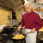 """Das Schütteln ist wichtig: Thomas Horn in der Bratkartoffel-Küche der """"Linde"""". Auf dem kleinen Bild eine Bratkartoffel-Pizza. Fotos: Kirsten Sundermann"""