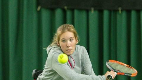 Ela Porges vom TC Seeheim benötigt bei der deutschen Jugendmeisterschaft im Rollstuhltennis auch Nervernstärke. Foto: Stefan Brendahl