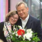 Marburgs alter und neuer Oberbürgermeister Thomas Spies freut sich über seine knappe Wiederwahl - erste Gratulantin ist seine Ehefrau.  Foto: Hartmut Bünger