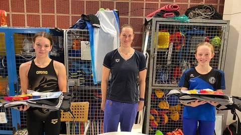 Rekordhalterinnen: Fiona Anabel Kuphal (links) und Hannah Schneider (rechts) freuen sich zusammen mit SCW-Aushängeschild Jenny Mensing. Foto: SCW