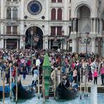 Touristenmassen auf dem Markusplatz in Venedig. Foto: Andrea Warnecke/dpa-tmn