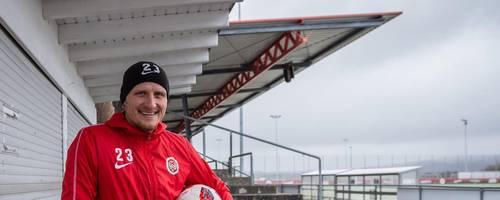 Von Luxus keine Spur: Alf Mintzel erlebt auf dem Trainingsgelände des SV Wehen Wiesbaden Drittliga-Alltag pur. Foto: dpa