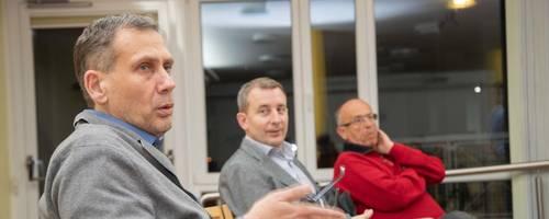 Steffen Lüderwald (links) diskutiert über wiederkehrende Straßenbeiträge. Unterstützt wird er vom Kreisbeigeordneten Karsten Krug (Mitte) und Franz Siegl. Foto: Thorsten Gutschalk