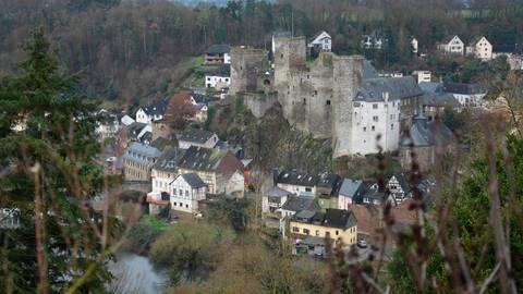 Sehenswert: der Blick von Schadeck aus auf die Burg und einen Teil des Städtchens (rechts). Am Zehnthaus neben der Burg ist die Zugehörigkeit per Wappen noch heute sichtbar (unten).   Fotos: Margit Bach