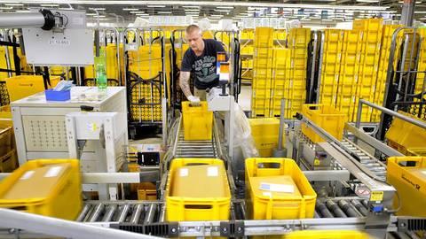 Weil die meisten Einzelhändler ihre Ladengeschäfte geschlossen haben, steigt seit März der Online-Umsatz und damit auch das Brief- und Paketaufkommen bei der Post. Foto: Gerold