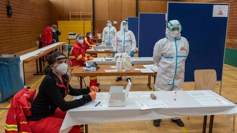 17 Helfer waren am Premierentag des Dienheimer Corona-Schnelltestzentrums im Einsatz. Foto: DLRG Oppenheim
