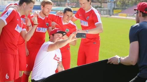 Das Brayce-Team freut sich, dass der neue Fanartikel auch den Regionalliga-Spielern gefällt und schießt ein Erinnerungsselfie mit den Kickern.Foto: Global Brand Concepts GmbH    Foto: Global Brand Concepts GmbH